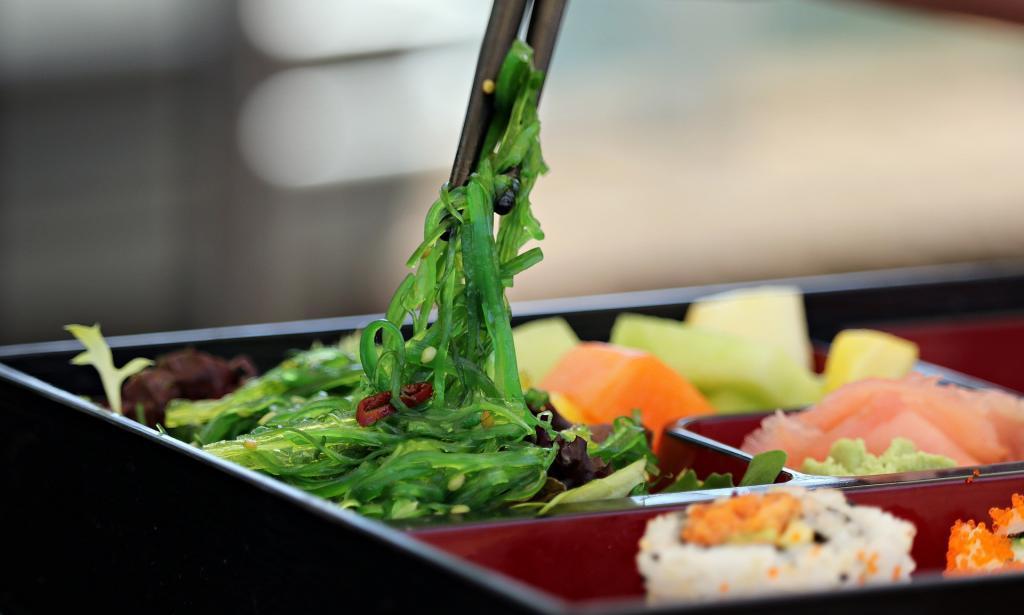 Algensalat aus Wakame ist ein populäres kaltes Gericht in Asien