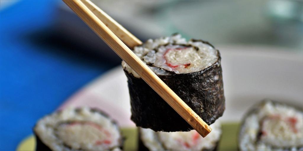 Nori-Algen dienen als Umhüllung von Sushi