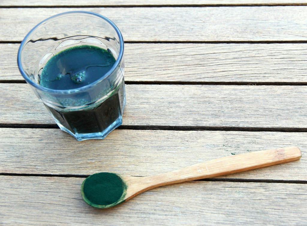 Spirulina kann man in Pulverform Speisen und Getränken beimischen